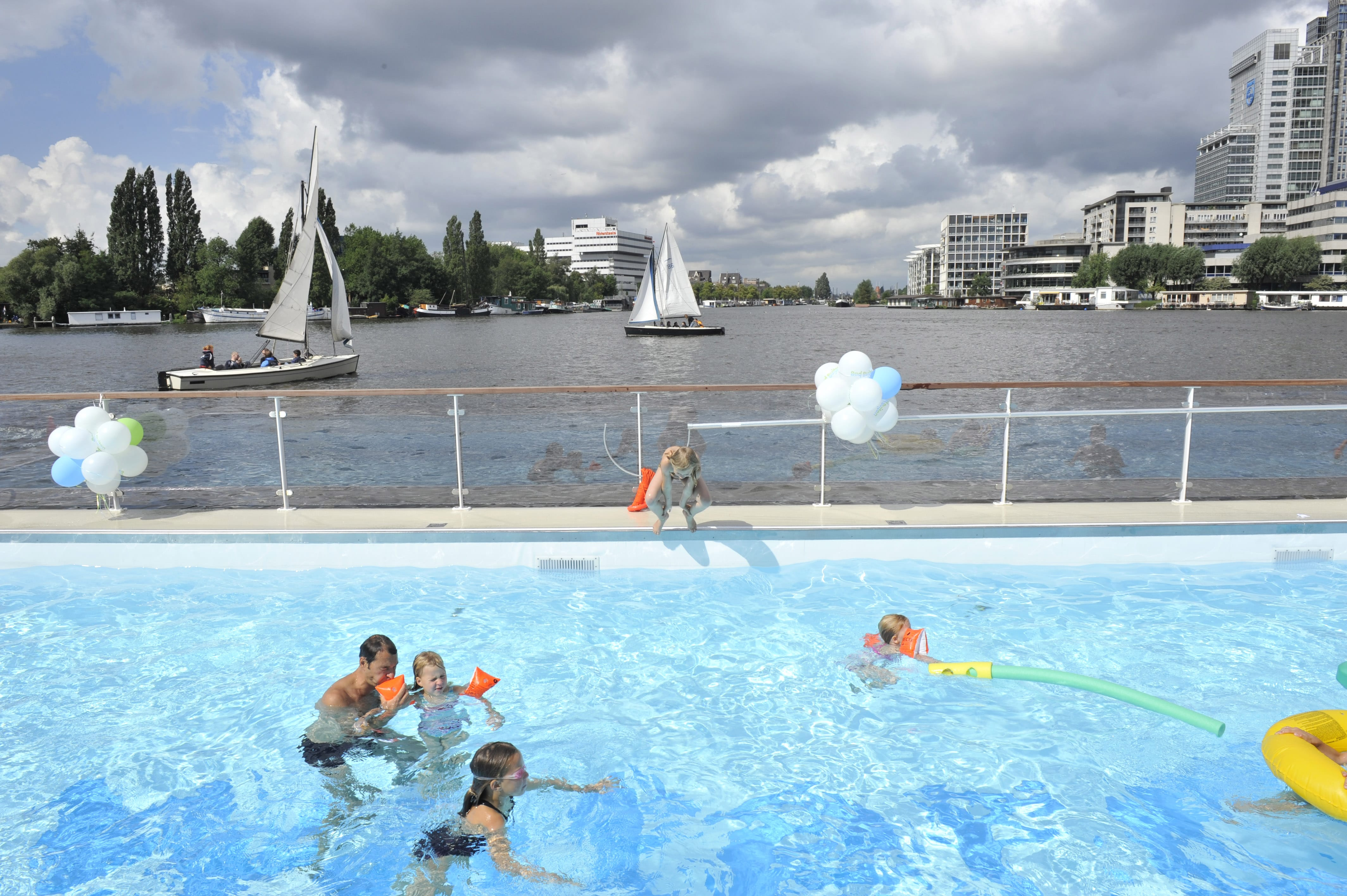 Drijvend zwembad Waternet te Amsterdam